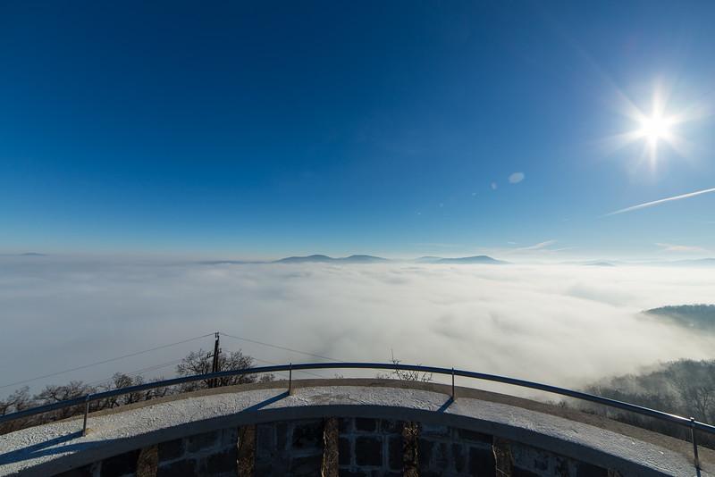 Balra a Naszály, szemben a Visegrádi- és Pilis hegység