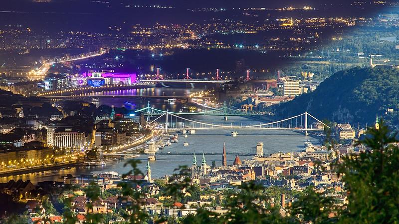 Budapest éjjel-nappal montázs Hármashatár-hegyről