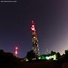 Égi szekerek a Hármashatár-hegy antenna erdeje felett. A torony csúcsa fölött balra a Nagy Göncöl (Nagy-Medve), a toronytól jobbra pedig a Kis Göncöl