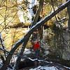 Párocska mászik felfelé az acéllétrán. A vízesés gyönyörűen ráfagyott