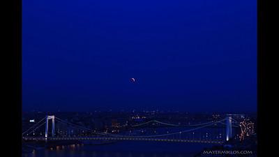 Lunar eclipse photographed from Budapest on June 15th, 2011.  Teljes holdfogyatkozás a budai Várból fényképezve 2011 június 15-n.