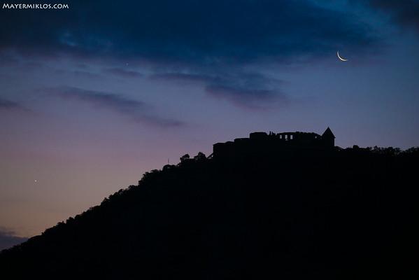 Hold, Jupiter és a Vénusz együttállása a visegrádi Fellegvár felett