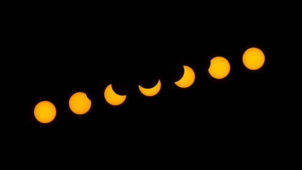 A 2015.03.20-i napfogyatkozás 7 fázisa, a képkockák 32 percenként készültek. Az idő balról jobbra halad a képen. Kapcsolodó blogbejegyzés  ITT.