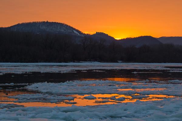 Visegradi var a naplementeben a jeges Duna felett