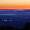 80 kilométeres messzeségben a Mátra, röviddel napkelte előtt a Hármashatár-hegyről