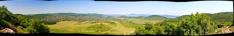 """Kilátás a hüvösvölgyi reptérre a Kecske-hegyről. Látszik Solymár, a Pilis csúcsai, a Hármashatár-hegy vonulata. 7 képből lett összerakva, melyek 2009. május 17-n készültek. <a href=""""http://gigapan.org/gigapans/fullscreen/56158/""""target='_blank'>IDE</a> kattintva megnézheted nagyban is!"""