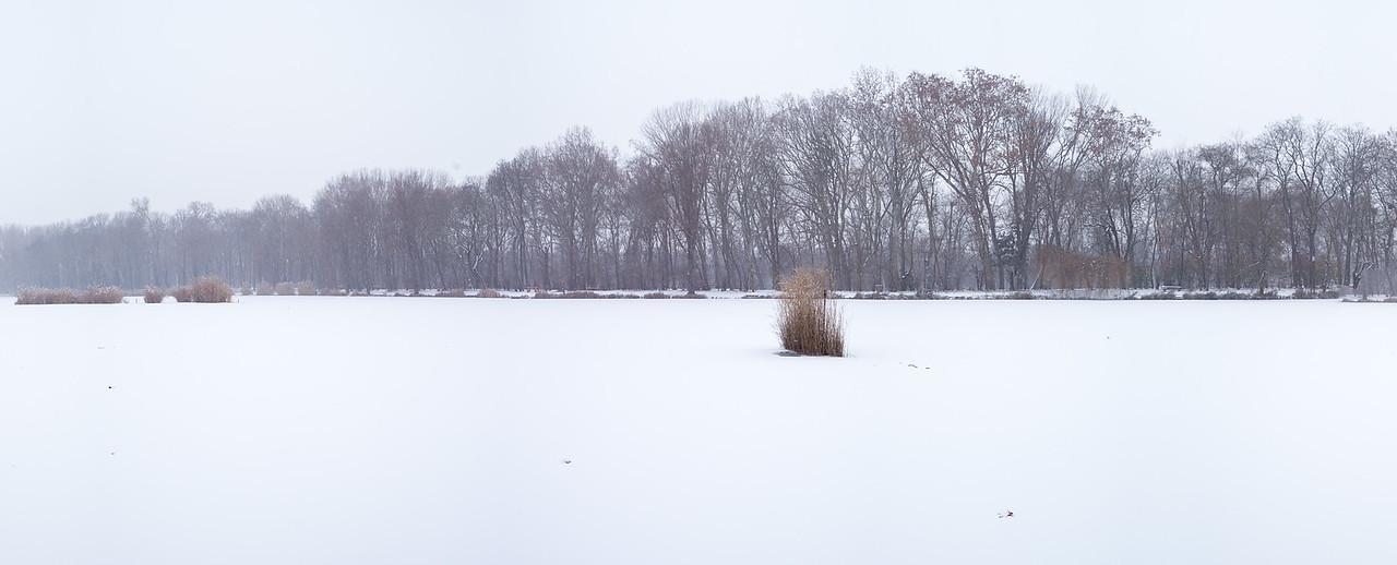 Váci Liget-tó télen befagyva havasan