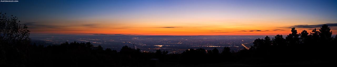 Kilátás a Hármashatár-hegyről egy fagyos októberi reggelen, napkelte előtt kb. 25 perccel.