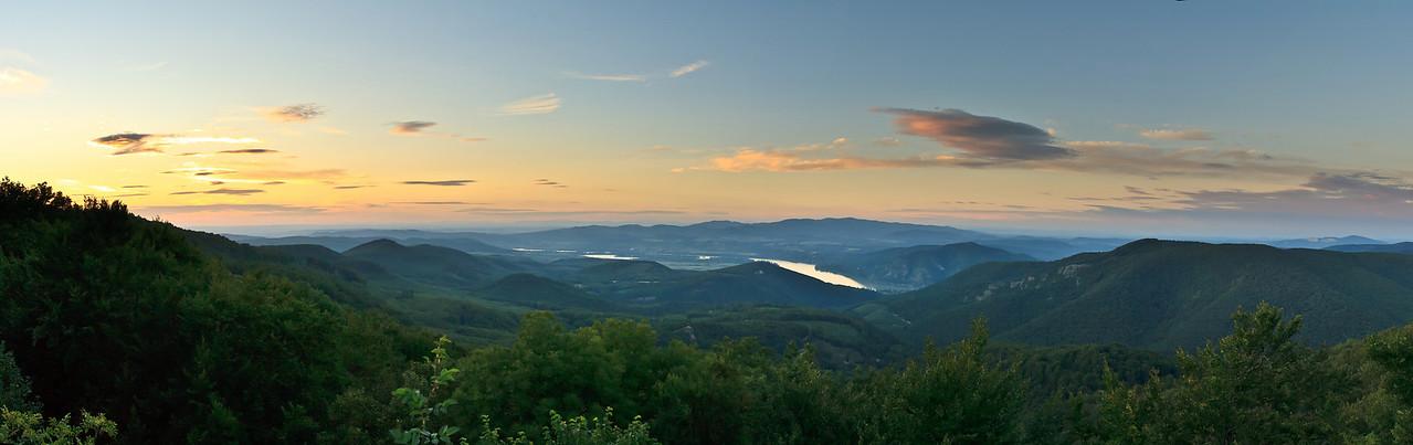 Kilátás Dobogókőről naplementekor. Látszik a Rám-szikla, Árpádvár, Prédikálószék, Vadálló-kövek, Börzsöny, stb.