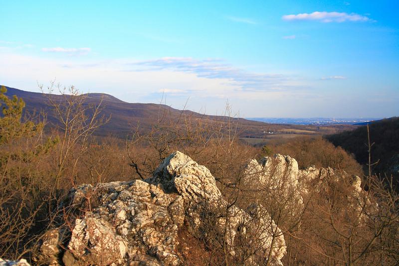 A Szurdok északi gerincén keleti irányba nézve.