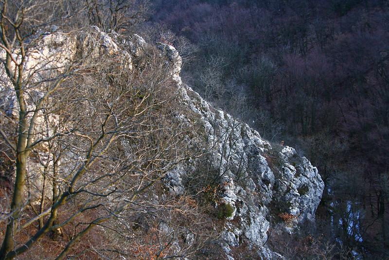 A Szurdok északi gerincéről letekintve. Jobbra lent a Dera-patak.