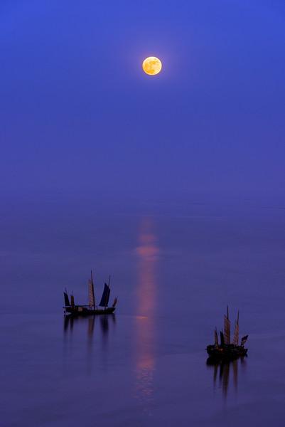 The rise of the full moon over moon bay, Lake Tai, Huzhou, China