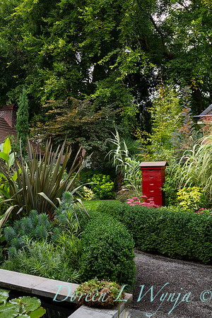 Buxus microphylla japonica 'Green Beauty' formal border - Phormium tenax 'Atropurpureum' - bee keeping bee boxes_5213