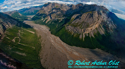 Beautiful braided Chitina River Valley south of Nizina Glacier within Wrangell St. Elias National Park and Preserve (USA Alaska McCarthy)