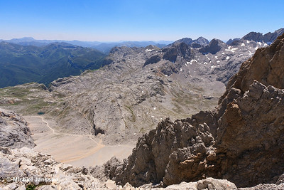En route to Peña Vieja (2,617 m) I stopped at El Collabo de la Canalona (2,440 m) to enjoy the views (here direction SW). The path on the lower left leads to the Fuente Dé cable car station. Photo taken in the Picos de Europa (Cantábria, Spain) on 25 June, 2011.