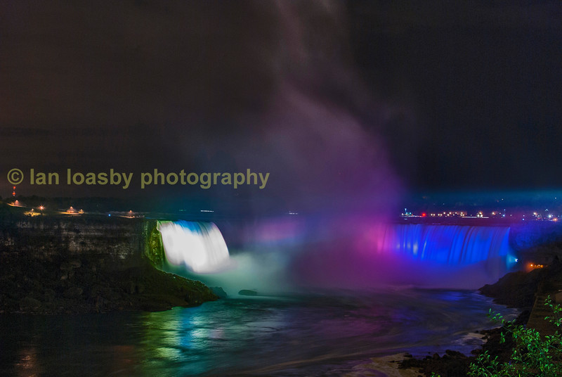 The American & Horeshoe falls floodlit