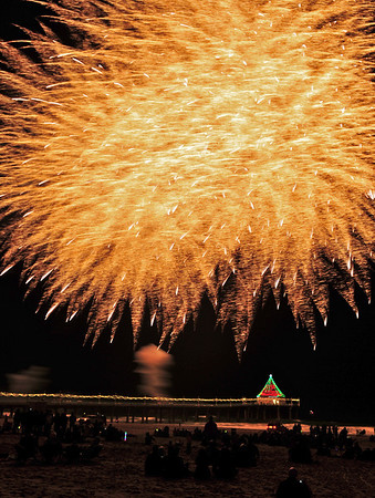 """Glitter Burst"".  Manhattan Beach Holiday Fireworks Festival 2009, Manhattan Beach, CA"