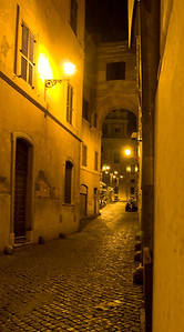 A narrow alley somewhere near Palazzo Barberino.