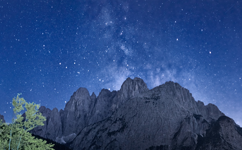 Dalla Val Saisera, notturno con il gruppo dello Jof Fuart (il Grande Nabois di fronte) e la Via Lattea. <br /> <br /> Foto n° 040913-572548#CX