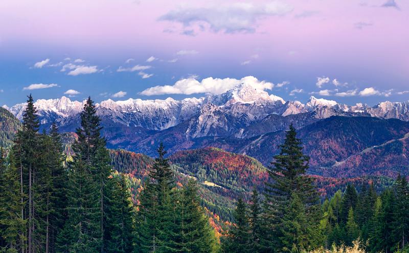 """Giulie orientali (Škrlatica, Ponze, Veunza, Mangart, Jalovec, Pelc nad Klonicami e la pista Di Prampero a destra) visti dalla Val Uqua/Valle di Ugovizza alle pendici del monte Cocco. <br /> <br /> Questo è un ritaglio della panoramica 161013-346978: <br /> <a href=""""http://www.alpinow.com/Landscapes/Autunno-fra-le-Alpi-friulane/26382809_DLL6RK#!i=2866556047&k=whKXF6s"""">http://www.alpinow.com/Landscapes/Autunno-fra-le-Alpi-friulane/26382809_DLL6RK#!i=2866556047&k=whKXF6s</a>"""