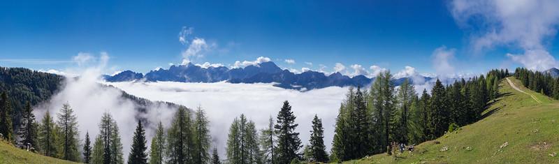 Alpi Giulie occidentali (cima Cacciatore, Lussari, Jof Fuart, Montasio) sulla strada per l'Acomizza. <br /> <br /> Foto n° 011013-717187