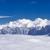 Nel fondovalle c'è la grigia nebbia, ma sopra i 1700 metri, questa appare come un luminoso mare di nubi bianche. <br /> Ci galleggiano le Alpi Giulie, slovene a sinistra, italiane a destra. <br /> <br /> Foto n° 011013-886199 #SX