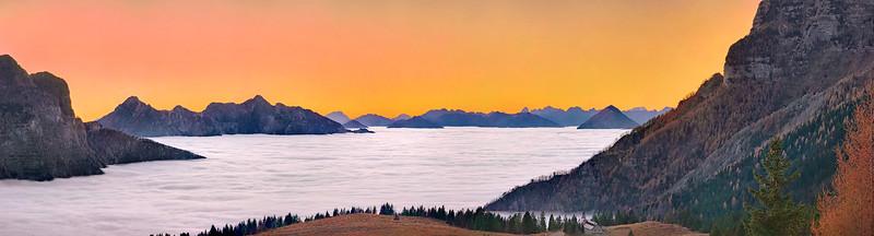 Tramonto con mare di nubi verso ovest dai piani del Montasio - foto n° 181115-049130