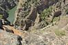 Find the 2 kayaks / Trouvez les 2 kayaks...(Drop off 900 feet , falaises de 275m de haut) Gunnison Black Canyon