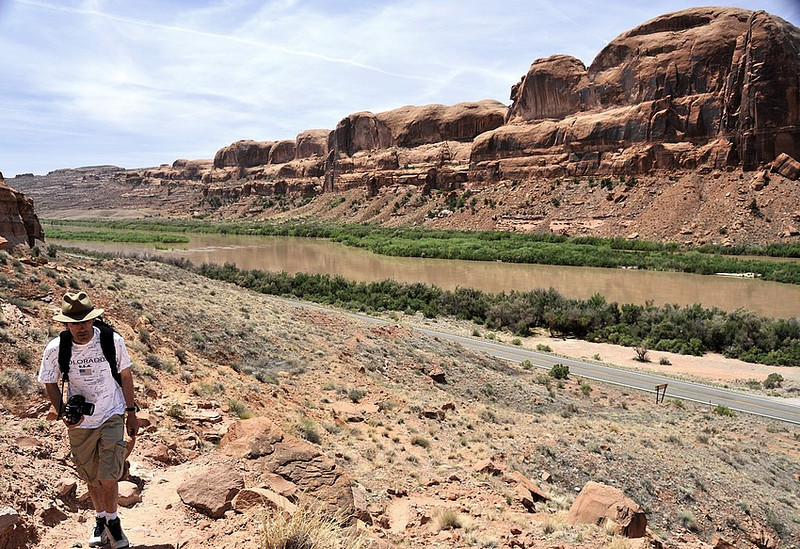 Starting the trail to Corona arch ( Utah ), behind me the Colorado river