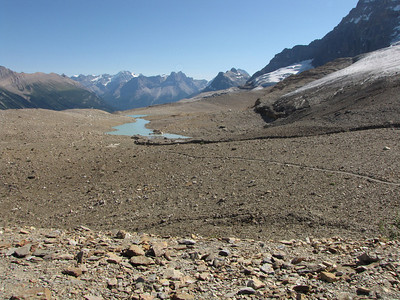 The Iceline Trail, looking south as it winds through the glacial moraines.