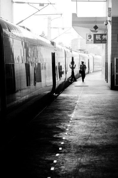Just got off the train at Hang Zhou. I love the feeling of the officer walked next to the train with black and white effect.