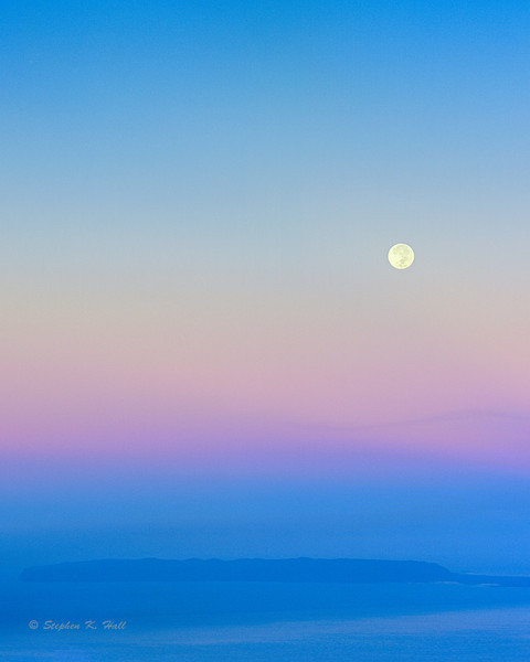 Full moon over Ni'ihau, daybreak