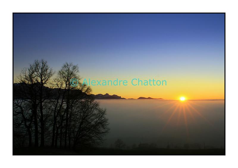 Coucher de soleil sur mer de brouillard au Mont-Pélerin.