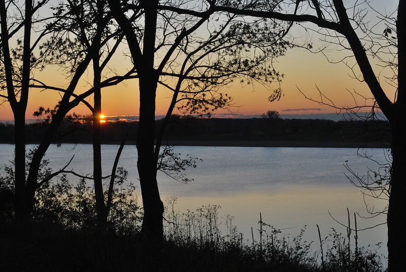Clear sunrise over the lake at Deer Creek State Park in central Ohio