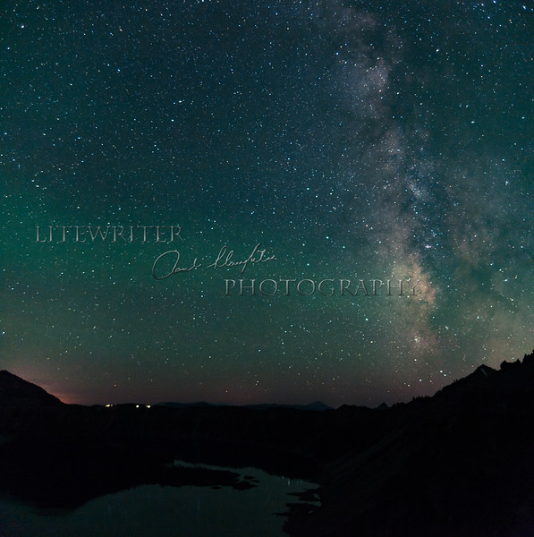 A long exposure at night reveals stars and colors that our eyes simply cannot see. <br /> Wizard Island is in the lower left, and the stars are reflected in Crater Lake.