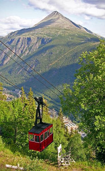 Krossobanen og Gaustatoppen ved Rjukan<br /> <br /> Krosso ariel tramway and Mt.Gausta