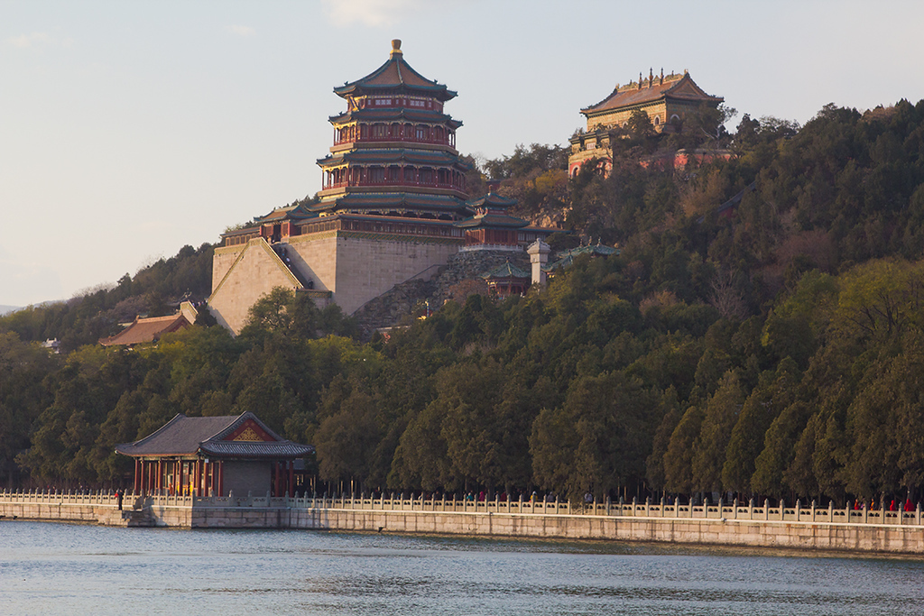 (CH-10337)  Temples above Kunming Lake at the Summer Palace in Beijing.