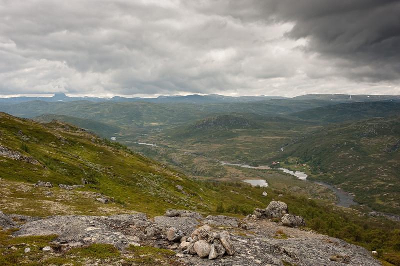 Veig renner forbi Viveli th, Hårteigen langt borte.