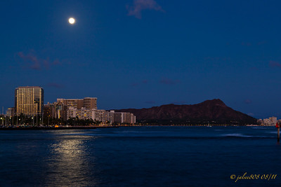 WaikikiMoonriseD081211-1