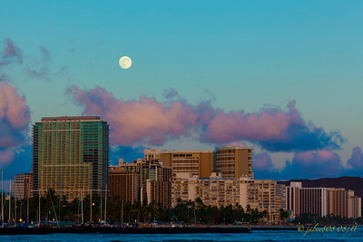 WaikikiMoonriseB081211-1