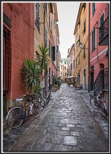 Gasse in Monterosso bei Regen