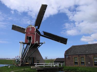 """""""De Heerlijkheidsmolen""""te Hoogmade. Wipmolen anno 1897. Begonnen als watermolen met scheprad, nu met vijzel. Opvoerhoogte 1,65 m."""