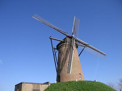 De Hulster's molen in Schoondijke. Type stenen bergmolen voor korenmalen. Anno 1884