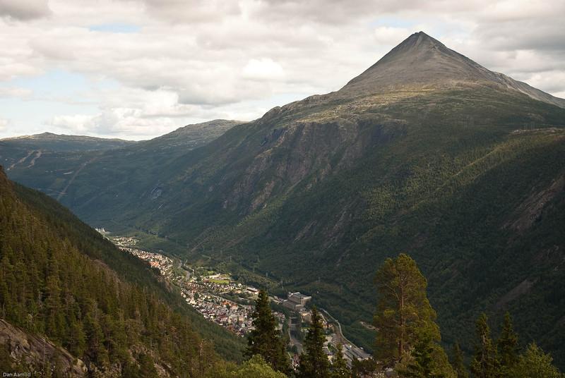 Rjukan med Gaustatoppen (1883 m o.h.)