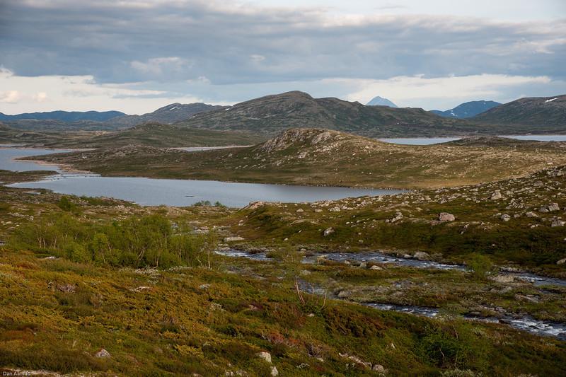 Butjørnåi renner ut i Butjønn. Gaustatoppen bak t.h.