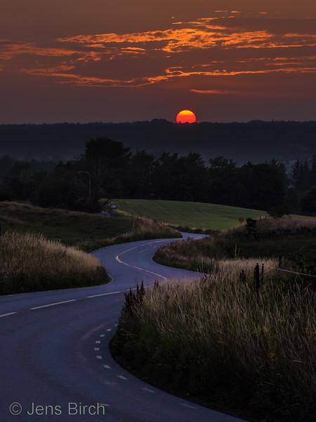 Solnedgång i Juli, Brösarps Backar, Österlen<br><br>Forex med 25 mm bakmonterad Al-ram, 50x70 cm²<br>samt<br> 2-sidig på Plexiglas förberedd för fönsterupphängning, 50x70 cm²