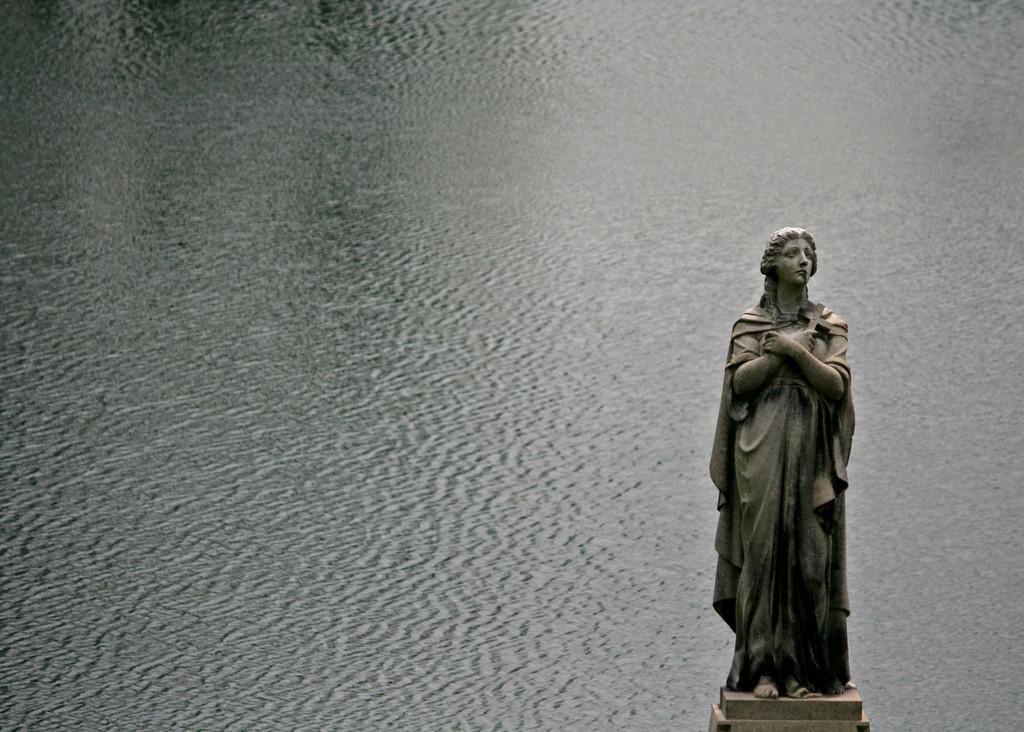 statue Springgrove lake