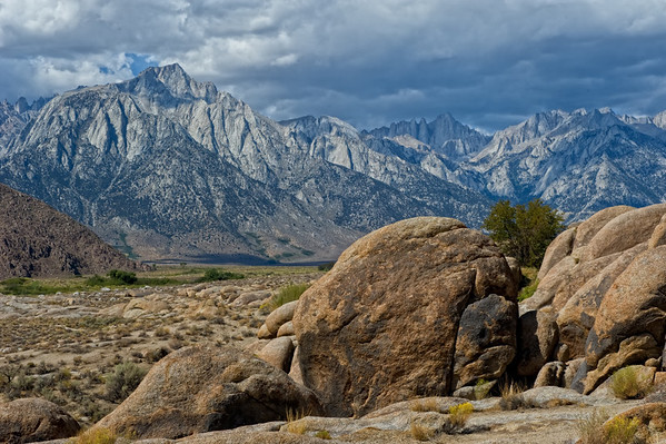 Alabama Hills and Eastern Sierras on road to Whitney Portal