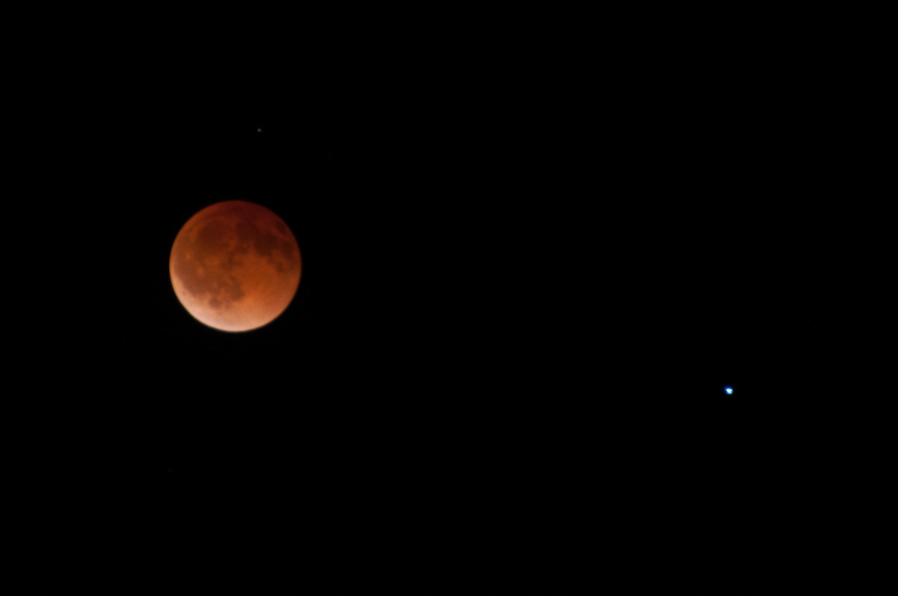 Lunar Eclipse, and Spica (the brightest star in the constellation of Virgo), 2 sec f5.6, ISO 200, D300,200mm
