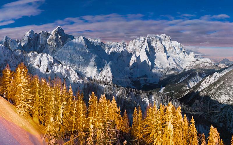 """Ritaglio centrale della panoramica n° 140214-730119 <br /> Alpi Giulie orientali e Alpi Carniche viste dal Lussari, notte con luna. <br /> <a href=""""http://www.alpinow.com/Landscapes/Lussari-notturno-Alpi-Giulie/37075838_tqKFc2#!i=3077916053&k=XpBFWqv"""">http://www.alpinow.com/Landscapes/Lussari-notturno-Alpi-Giulie/37075838_tqKFc2#!i=3077916053&k=XpBFWqv</a><br /> <br /> Campione a risoluzione ridotta."""